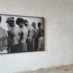 Sala di Fetonte: Santiago Sierra, Linea di 250 cm tatuata sopra sei persone pagate (1999)